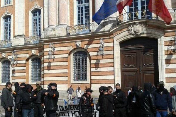 Les manifestants du collectif jour de colère devant le Capitole à Toulouse