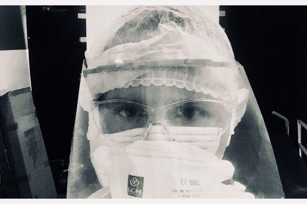 """Thomas Dufour, dans sa """"tenue de combat"""" à l'hôpital de Mamoudzou (Mayotte)."""