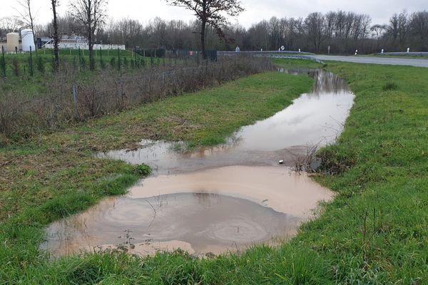 D'après les riverains, la pollution de février n'est pas un événement isolé. Selon eux l'entreprise n'a pas fait pas le nécessaire depuis longtemps pour prévenir les risques