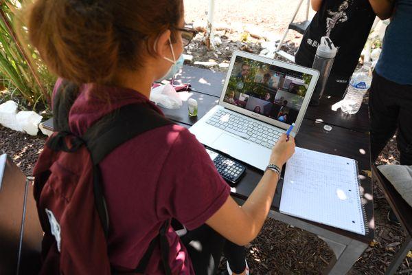 Pendant la crise du Covid, beaucoup d'élèves ont dû étudier sur leur téléphone portable faute d'ordinateur disponible dans leur famille