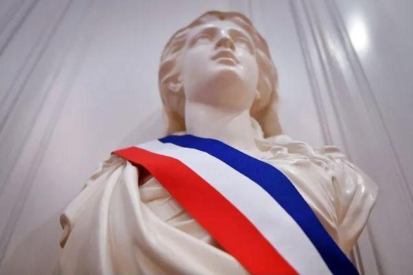 Marianne portant une écharpe tricolore