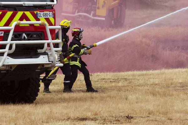 Les pompiers ont déployé une lance à incendie pour maîtriser le feu. Photo d'illustration
