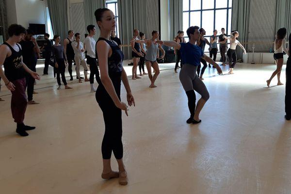 Juliette Klein, en premier plan, est la plus jeune ballerine des Ballets de Monte-Carlo.