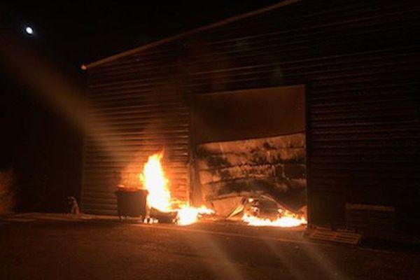 60 sapeurs-pompiers ont été mobilisés sur l'incendie d'un entrepôt de la zone industrielle des 7 Fonts à Agde le 9 juillet 2020
