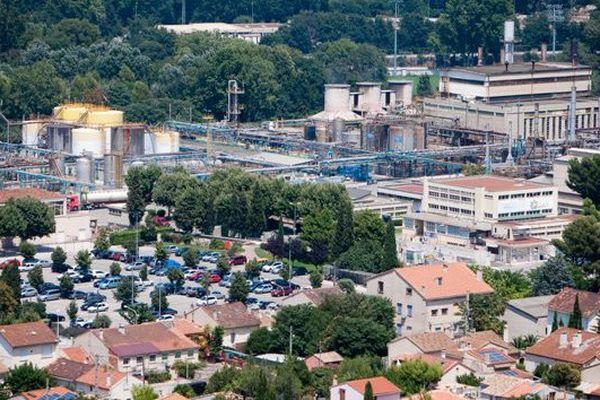 L'usine ARKEMA dans le quartier de Saint-Menet à Marseille