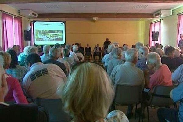 Une première réunion publique s'est déroulée dans la salle des fêtes de la commune du Rousset jeudi 11 septembre 2014 pour expliquer le projet d'implantation d'un Center Parc en Saône-et-Loire.