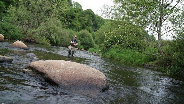 Au Léguer, pêcher au milieu de bloc de granit