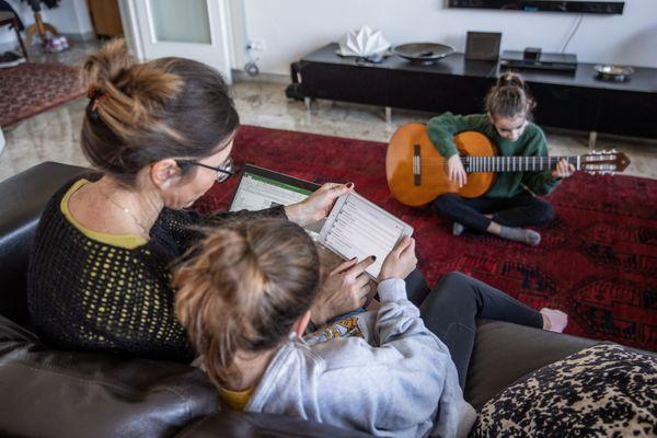 Difficile pour les parents isolés de conjuguer télétravail et vie familiale.