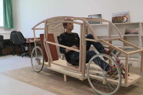 La maquette laisse entrevoir la présence d'un pédalier et de deux larges roues, comme sur un vélo.