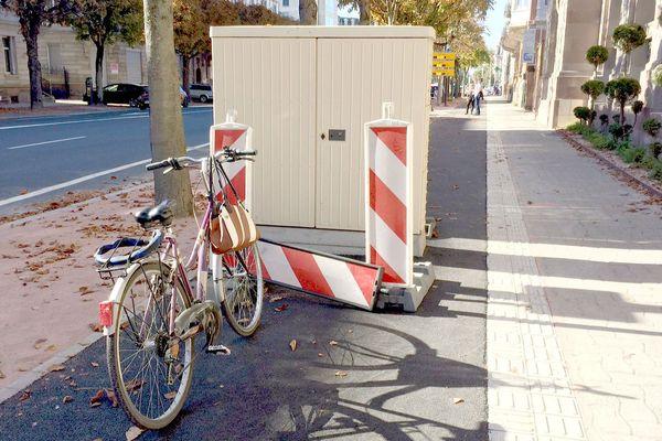 Piste cyclable avec armoire électrique, rue le Forêt Noire à Strasbourg.