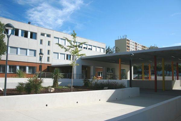 Le collège des Escholiers de la Mosson accueille 725 élèves au nord de Montpellier depuis les années 70.