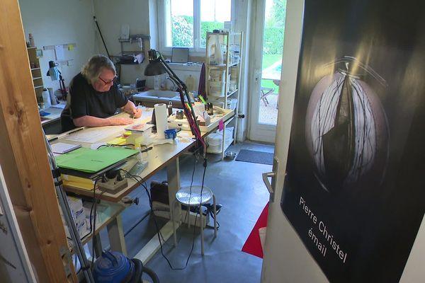 Pierre Christel dans son atelier de Panazol durant l'été 2019