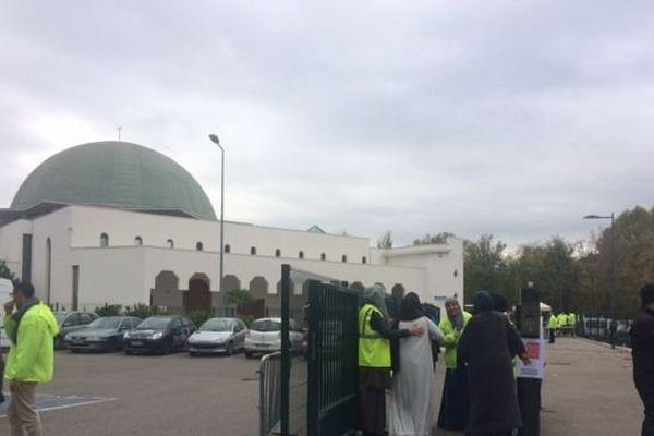 L'entrée du public se fait dans le calme à la mosquée de Givors. les identitaires lyonnais ont annulé leur venue