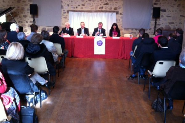 Les quatre premiers contrats d'avenir ont été signés par le préfet du Limousin en présence du président du conseil régional ( 20 novembre 2012)