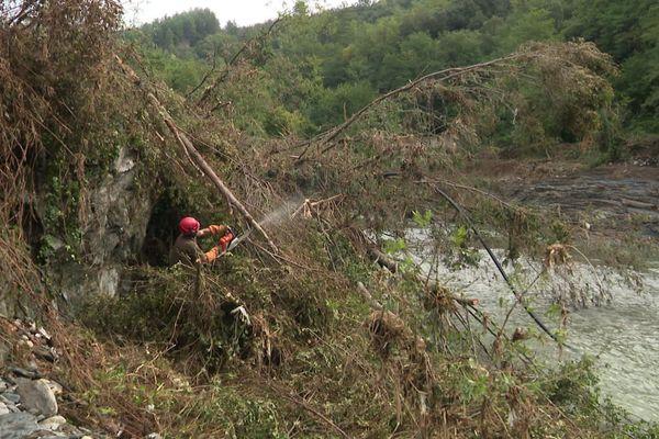Un forestier-sapeur évacuant des embâcles sur le fleuve Hérault après les inondations du 20 septembre dans le Gard (illustration)