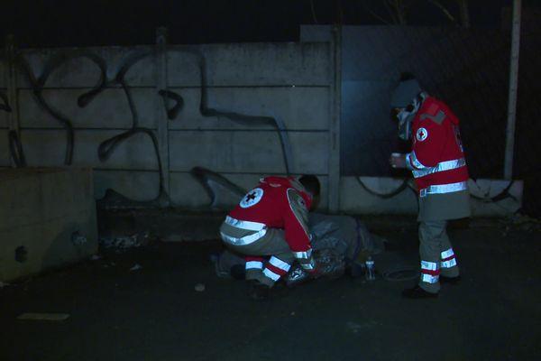 """Les équipes du Samu Social de la Croix Rouge en aide à un sans-abri pendant la maraude """"grand froid"""""""
