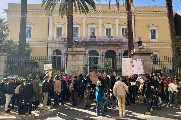 Le 16 mars, 150 personnes se sont rassemblées devant les grilles de la préfecture d'Ajaccio dans le cadre de la marche du siècle en faveur du climat.
