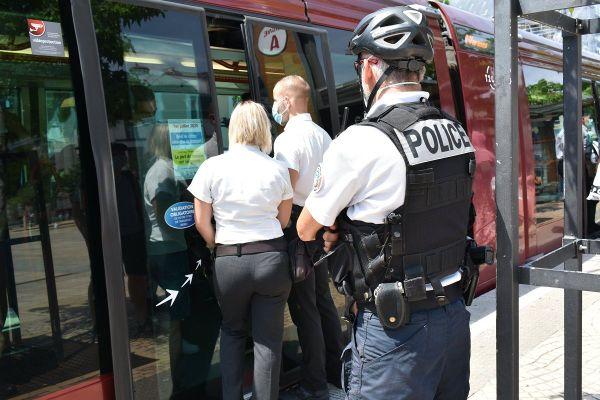 A Clermont-Ferrand, depuis 2 semaines, des opérations conjointes sont menées entre la police et les agents de la T2C pour faire respecter le port du masque.