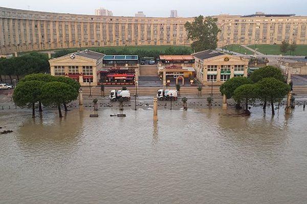 Le Lez en crue devant l'hôtel de région  à Montpellier après les violents orages de la nuit du 6 au 7 octobre 2014