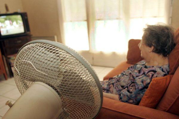 L'ARS Auvergne-Rhône-Alpes recommande de stopper le ventilateur avant qu'une autre personne n'entre dans cette pièce dans le contexte de l'épidémie de coronavirus COVID 19.