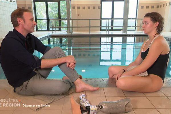 Dans Enquêtes de Région, émission diffusée le mercredi 9 octobre sur France 3 Auvergne-Rhône-Alpes, Maëlle Lintz parle de sa nouvelle vie depuis qu'elle s'est fait amputer d'une jambe à cause d'un cancer des os.