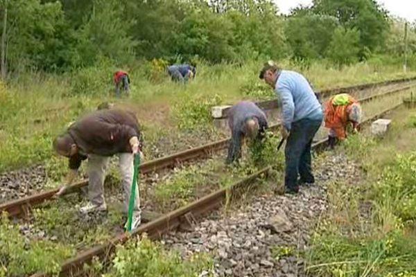 Christian, Nicole et une vingtaine d'autres défenseurs de la ligne ferroviaire Volvic-Lapeyrouse se sont retouvés samedi à la gare des Ancizes pour protester contre la fermeture de la ligne de 40 kilomètres. Signe particulier : ils ne sont pas venus avec des banderoles mais avec des outils de jardiniers.