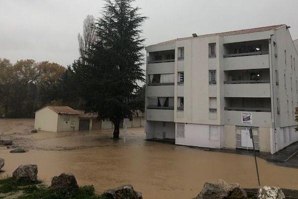 Une digue a rompu à Pertuis et mis des immeubles les pieds dans l'eau.
