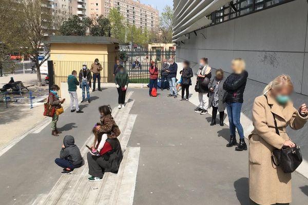 La file d'attente pour se faire dépister du coronavirus Covid-19, devant l'IHU à Marseille, le 22 mars 2020.