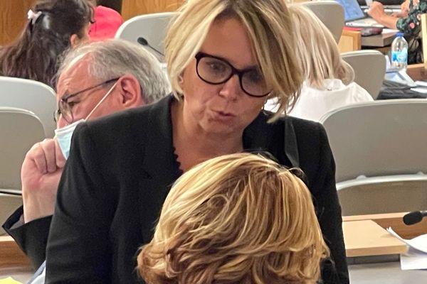 La sénatrice communiste Cécile Cukiermann s'accorde un brin de conversation avec ses voisins d'assemblée, en attendant le vote pour la présidence