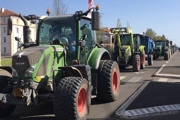 Plusieurs dizaines de tracteurs ont fait leur entrée dans le centre-ville de Mont-de-Marsan ce mardi 30 mars.