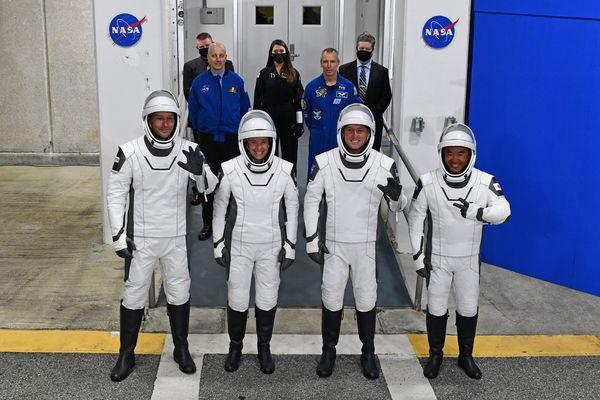 Les astronautes de la mission Alpha : Thomas Pesquet (à gauche), Megan McArthur, Shane Kimbrough et Akihiko Hoshide saluent leurs amis, leurs familles et les médias alors qu'ils quittent le bâtiment Armstrong du centre Spatial  Kennedy en Floride ce vendredi matin.
