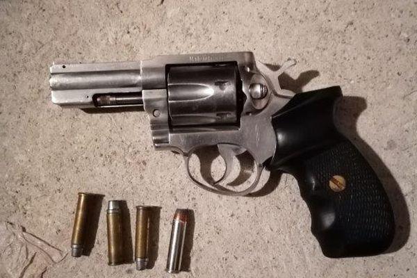 Un revolver saisi par la police à Blois lors du démantèlement d'un trafic de stupéfiant