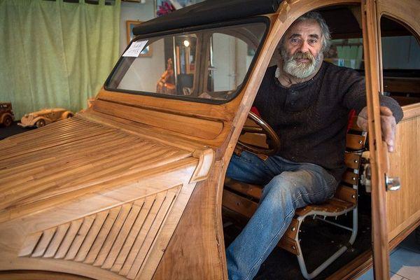 Michel Robillard fait le buzz sur la toile aprés avoir révélé à la presse sa magnifique 2CV en bois