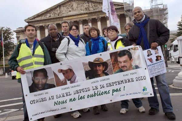 Les 13 marcheurs ont sillonné paris pour remettre des lettres dans des endroits symboliques