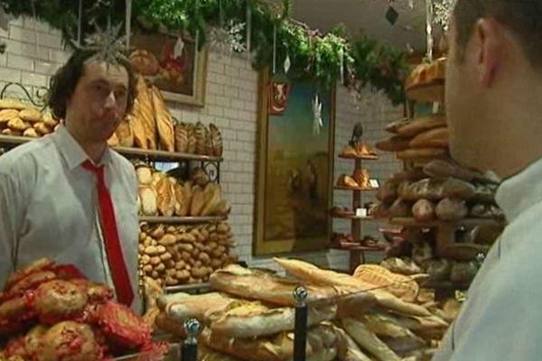 Yannis Rousseau (à droite sur la photo) est le chef d'un des nombreux restaurants des Halles, un bouchon lyonnais Traditionnel.