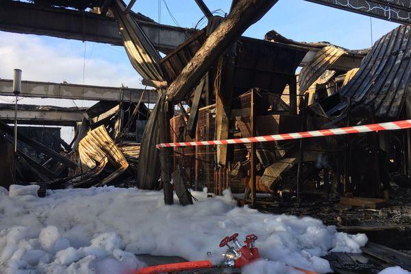 Le toit de l'entrepôt de stockage de petit électro-ménager de l'entreprise solidaire Envie s'est effondré dans l'incendie.
