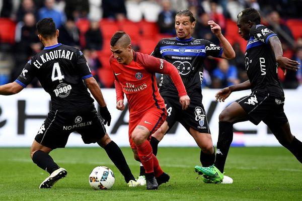 L1/36e journée - Le milieu de terrain du PSG Marco Verratti (C) en prise avec le défenseur bastiais Abdelhamid El Kaoutari (L) et le milieu de terrain Mehdi Mostefa