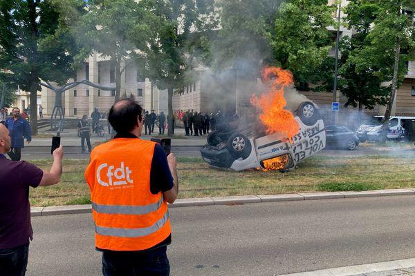 """De colère, certains salariés de MBF Aluminium ont retourné et mis le feu à un véhicule de l'entreprise de Saint-Claude, après l'annonce de sa liquidation. """"Renault Assassin """", """"Etat assassin"""", """"Voleur"""", et """"Assassin"""" ont été écrits sur la voiture"""