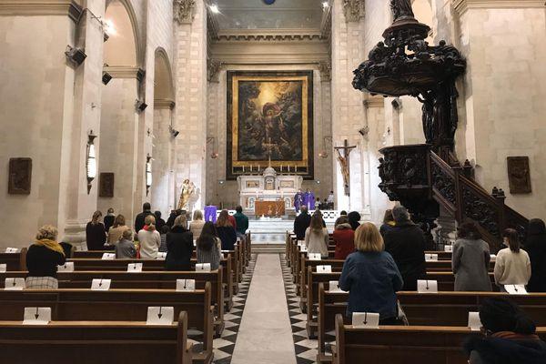Dans l'église des Chartreux, à Marseille, les patients distanciés sur leurs bancs