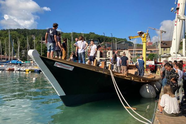L'Espérance III sur les eaux du lac d'Annecy.