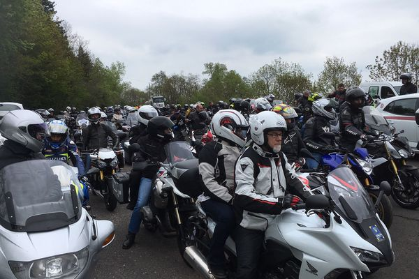 Plus d'une centaine de motards se sont donnés rendez-vous à 14 heures à l'aire de repos de Varennes, à Chanonat (Puy-de-Dôme), samedi 06 mai 2018.