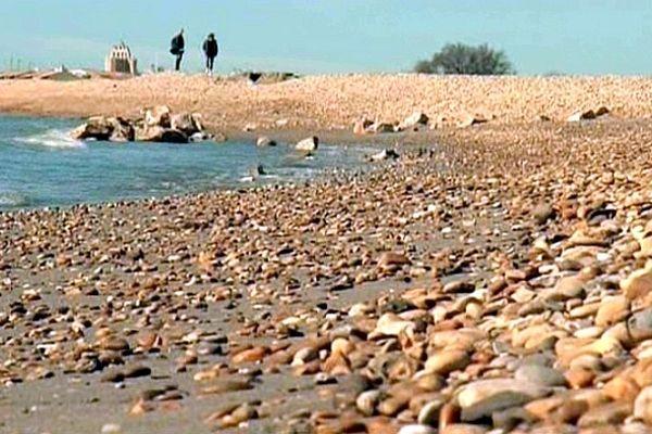 Les Saintes-Maries-de-la-Mer (Bouches-du-Rhône) - la plage de sable transformée en champ de cailloux - avril 2013.