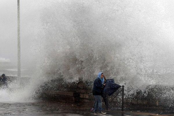 Une vague se brise contre une falaise à Sète, dans l'Hérault - 13 octobre 2016