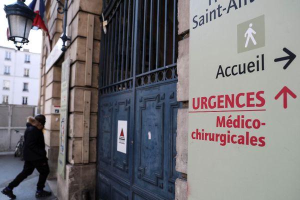 L'entrée des urgences de l'hôpital Saint-Antoine, dans le XIIe arrondissement de Paris.
