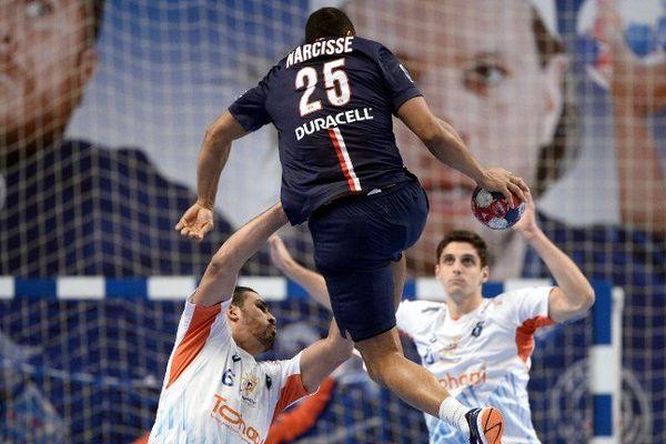 Le Daniel Parisien Narcisse s'envole lors de la victoire 36-20 du PSG face au MAHB - décembre 2014