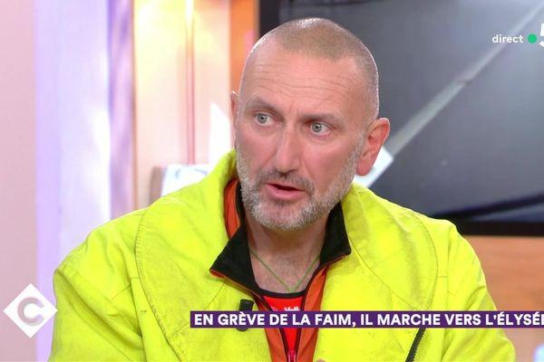 """Patrick de Perglas était reçu mercredi 28 novembre sur le plateau de """"C à vous"""" sur France 5."""