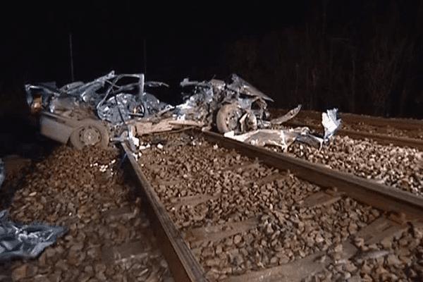 La voiture après avoir été percutée par un TER au passage à niveau de la Roche-Maurice (29) en novembre 2006