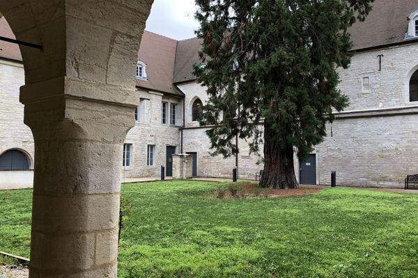 Le cloître des Cordeliers à Dijon, l'ancien cloître est transformé en résidence hôtelière