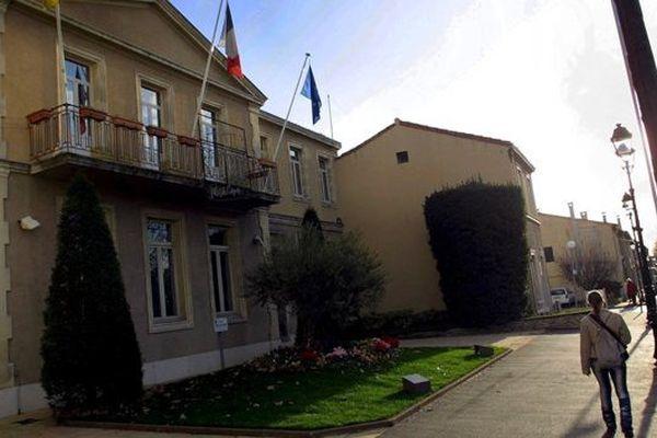Le centre ville de Plan-de-Cuques, une des trois communes dans le collimateur de l'Etat (photo 2003)