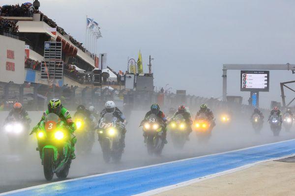 le Bol d'Or 2019, disputé sur le circuit du Castellet, dans le Var, a été interrompu en raison de la pluie. L'arrivée est attendue dimanche vers 15h00